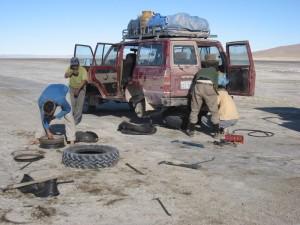 salzwüste-salar-de-uyuni-bolivien-plattfuss-auto