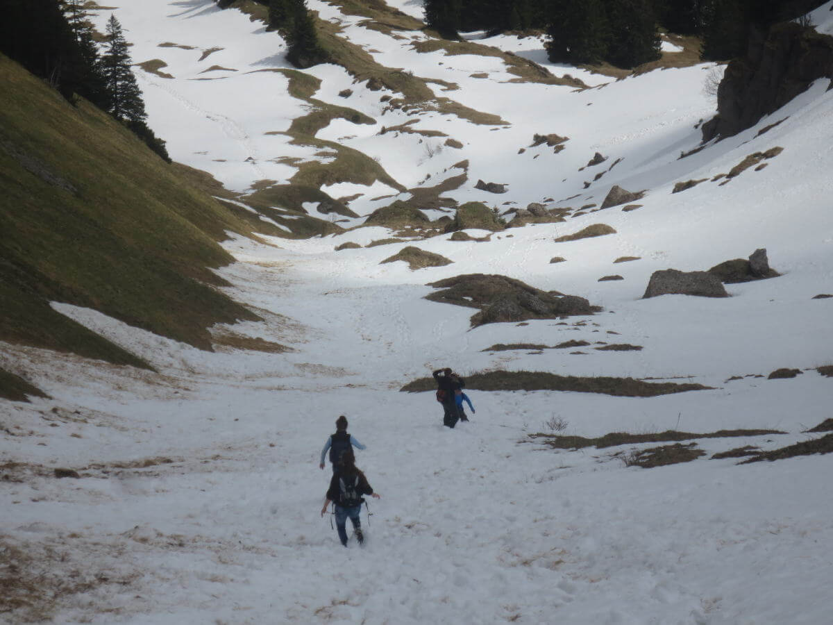 Durch knietiefen Schnee den Berg hinunter...