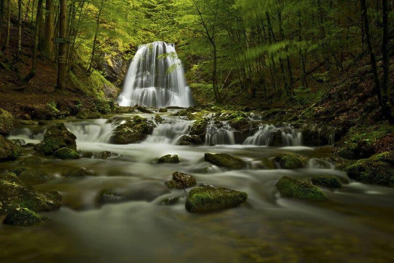 Versteckt im Wald gelegen - die Josefstaler Wasserfälle. Eine Naturschönheit die mit der ganzen Familie genossen werden kann.