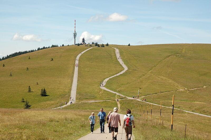 Das Plateau auf dem sich das Bismarckdenkmal und der Feldbergturm befindet. Hier sind die Wege noch groß und viel begangen.
