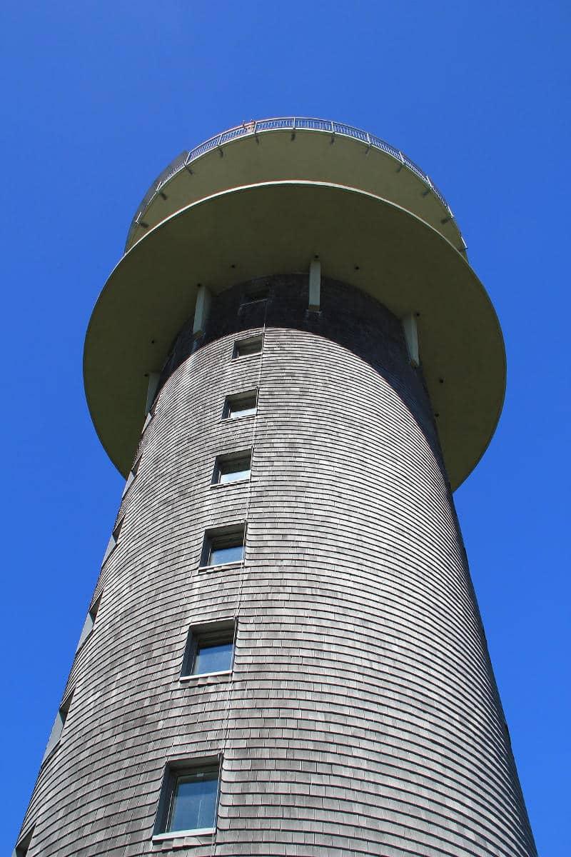 """Im Feldbergturm befindest sich ein """"Schwarzwälder Schinkenmuseum"""". Vom 11. Stock aus kann man die Sicht über die komplette Umgebung genießen."""