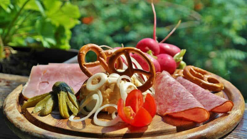 Viele Brennereien bieten auch ein zünftiges Vesper oder sogar komplette Mahlzeiten.