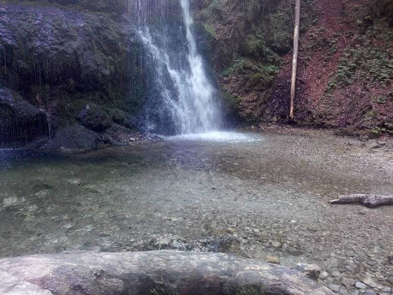 Glaklare Wasserbecken laden an heißen Tagen zum baden ein. Allerdings nur für harte Naturliebhaber: Das Wasser ist immer eiskalt.