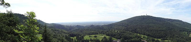 Auf dem Turm Fremersberg kannst du bei gutem Essen auch die Aussicht genießen.