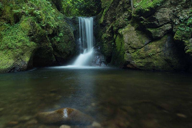 Eine Abkühlung im Geroldauer Wasserfall ist im Sommer ein ganz besonderes Erlebnis.