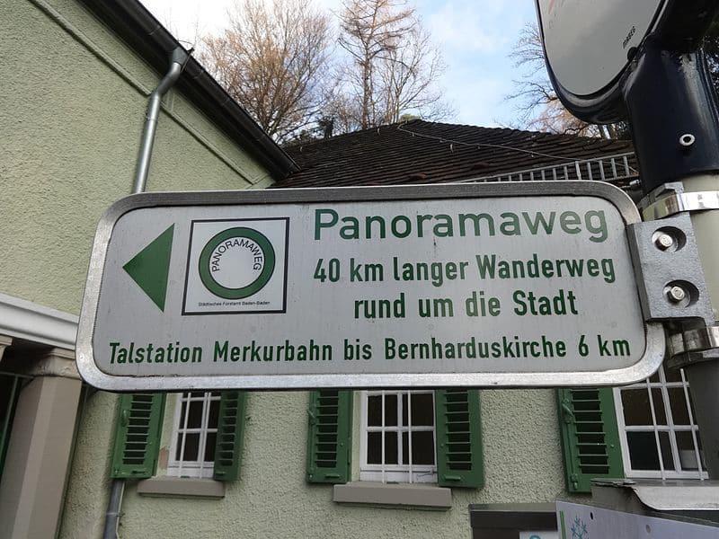Der Panoramaweg ist sehr gut ausgeschildert. Hier der Wegweiser zur Talstation der Merkurbahn.