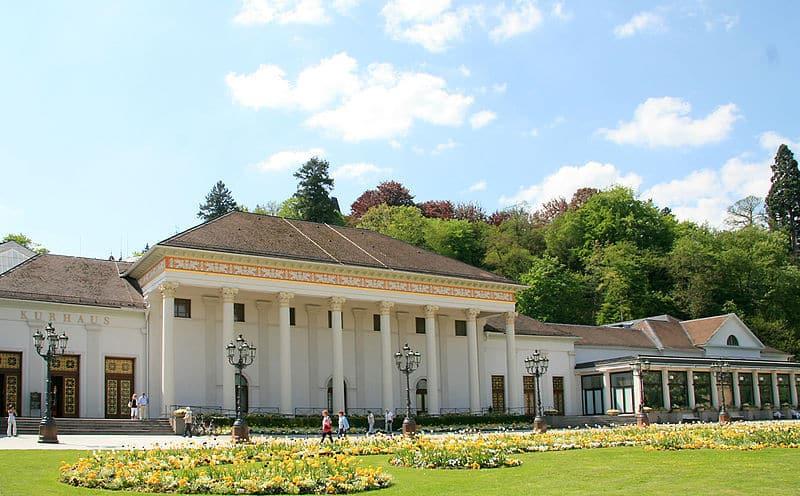Das Kurhaus von Baden-Baden. Hier befindet sich der gesellschaftliche Mittelpunkt der Stadt. Es beherbergt auch das luxuriöse Spielcasino mit den berühmten Kronleuchtern.