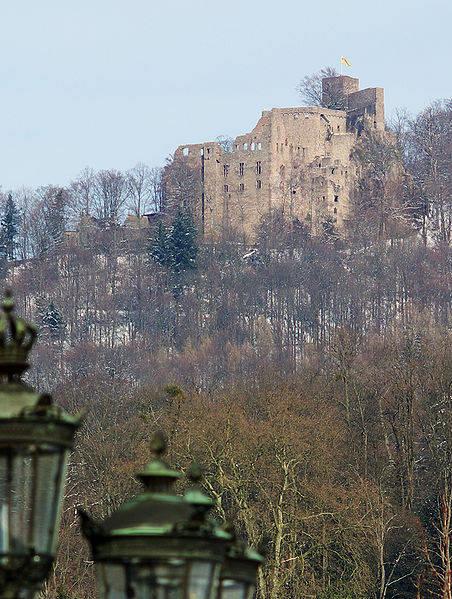Majestätischer Anblick: Das alte Schloss Hohenbaden thront auf der Anhöhe.