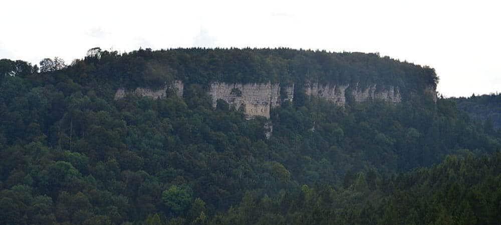 Die mächtige Felswand Wutachflühen baut sich hier vor dir auf.